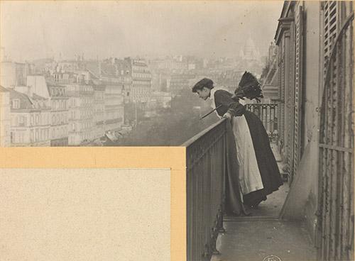 Constant Puyo, Ménisque simple. F : 20 [Balcon à Montmartre, Paris], vers 1900 . Epreuve argentique, 21 × 16 cm . Paris, musée d'Orsay. Photo © musée d'Orsay / Alexis Brandt.