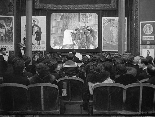 Léonce Perret (1880-1935), Léonce cinématographiste, mai 1913, France, photogramme du film muet en noir et blanc teinté. Production : Société Léon Gaumont & Cie, Paris. Paris. Collection Gaumont-Pathé Archives.