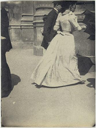 Henri Rivière (1864-1951), Un couple entrant dans la gare du Nord à Paris, entre 1885 et 1895. Epreuve argentique, 9 x 12 cm. Paris, musée d'Orsay Photo. © RMN-Grand Palais (musée d'Orsay) / Hervé Lewandowski, © ADAGP, Paris, 2021.