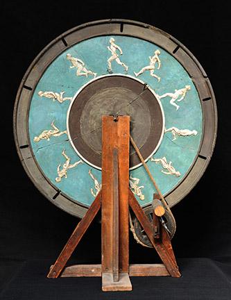 Paul Richer (1849-1933), La Course, 1895. Phénakistiscope, 70 x 45 x1,45 cm. Paris, Beaux-Arts de Paris. Photo © Beaux-Arts de Paris, Dist. RMN-Grand Palais / image Beaux-arts de Paris.