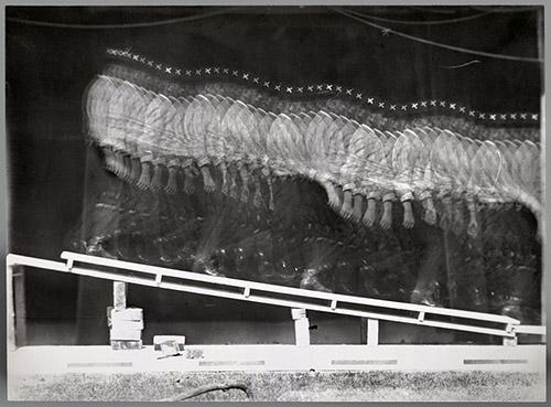 Jules-Etienne Marey (1830-1904), Descente d'un plan incliné, 1882. Négatif sur plaque de verre positive au gélatino-bromure d'argent, 18,2 x 23,9 cm, France, Paris, Cinémathèque Française. Photo © Collection La Cinémathèque française.