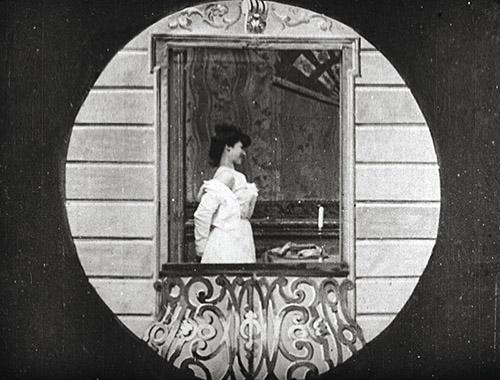 Ferdinand Zecca (1864-1947), Ce que l'on voit de mon sixième ou Scènes vues de mon balcon, Pathé, 1901. Collection Gaumont-Pathé Archives. © 1901 – Fondation Seydoux – Pathé.