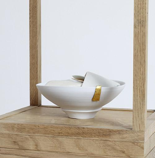 Edmund de Waal, muet, I (détail), 2021. Porcelaine, or, chêne, oxyde de fer rouge et plomb. © Edmund de Waal. Photo : Alzbeta Jaresova.