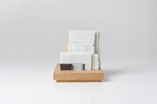 Edmund de Waal, Lettres à Camondo, I, 2021. Porcelaine, or, chêne, pâte à porcelaine liquide, acier et plomb. © Edmund de Waal. Photo : Alzbeta Jaresova.