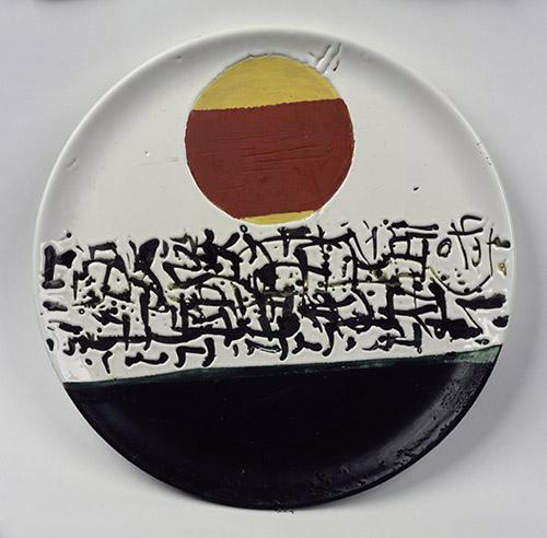 Ettore Sottsass, Assiette plate, 1959. Fabricant : Bitossi & Figli, Italie, commande d'Irving Richards. Assiette plate Céramique, hauteur: 0,5 cm diamètre: 31 cm. © Adagp, Paris 2021. © Centre Pompidou, MNAM-CCI/Jacques Faujour/Dist. RMN-GP.