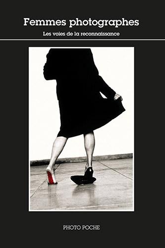 Couverture Femmes photographes, Coffret PHOTO POCHES - Les voies de la reconnaissance (vol. 3) n°162 - aux éditions Actes Sud. © ACTES SUD, 2020. Photographie: Helena Almeida, Seduzir (Séduire), 2002. © Calouste Gulbenkian Museum - Modern Collection, Lisboa / José Manuel Costa Alves.