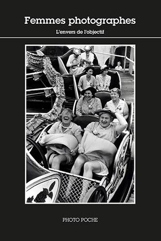 Couverture Femmes photographes, Coffret PHOTO POCHES - L'envers de l'objectif (vol. 2) n°161 - aux éditions Actes Sud. © ACTES SUD, 2020. Photographie: Grace Robertson, 1956. © Grace Robertson, Sur la chenille, club de femmes, Clapham, Londres. Courtesy of Peter Fetterman Gallery, Santa Monica.