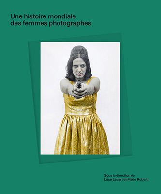 Couverture de Une histoire mondiale des femmes photographes sous la direction de Luce Lebart et Marie Robert aux éditions Textuel, 2020. Photographie de Pushpamala N. © Pushpamala N.