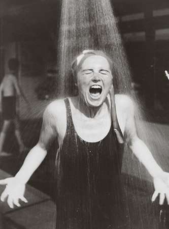 Elisabeth Hase, Sans titre [femme sous la douche], vers 1932-1933. © Estate of Elisabeth Hase, Courtesy Robert Mann Gallery.