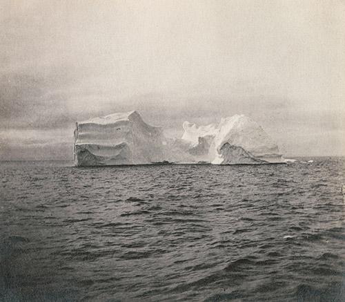Edith Watson, Dans le détroit [Vue d'un iceberg], Terre-Neuve-et-Labrador, Canada, 16-23 août 1913. © Edith S. Watson / Bibliothe`que et Archives Canada [e010791398].