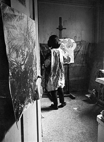 Jacqueline de Jong dans son appartement rue de Charonne, Paris, 1963. Crédit : courtesy de l'artiste