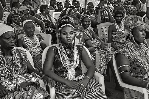 Catherine De Clippel, Une invitée à la fête du vodou du roi d'Allada. Allada, Bénin, 2019. © Catherine De Clippel.