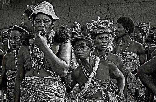 Catherine De Clippel, Adeptes et danseuses d'Avlekete. Anfoin, Togo, 1988. © Catherine De Clippel.