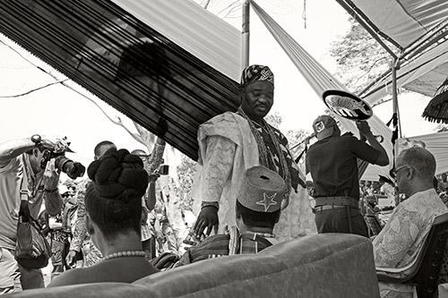 Catherine De Clippel, Notables et photographes lors de la fête du vodou. Allada, Bénin, 2019. © Catherine De Clippel.