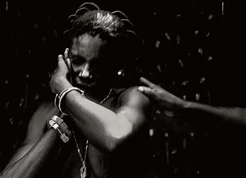 Catherine De Clippel, Possession de la fille de Messanvi par le vodou Mama Tchamba. Aklakou, Togo, 1988. © Catherine De Clippel.