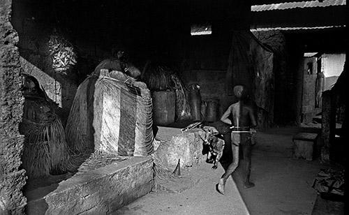Catherine De Clippel, Sanctuaire du vodou Djagli et de ses satellites. Séko, Togo, 1989. © Catherine De Clippel.