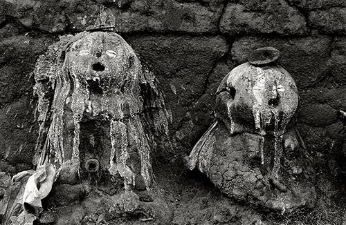 Catherine De Clippel, Legba du portail. Autels protecteurs en bordure de l'habitation du prêtre Anani Vessou à Fiata, Togo, 1989. © Catherine De Clippel.