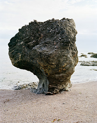 Aurore Bagarry, série Roches, Littoral de la Manche. Mattiscombe Sands, Start Point, Devon. Elément d'anciennes argiles du Dévonien métamorphisées en micaschistes. © Aurore Bagarry.
