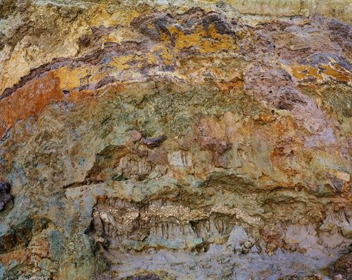 Aurore Bagarry, série Roches, Littoral de la Manche. Taddiford Gap, Lymington, Hampshire. Argiles et sables bigarrés d'âge éocène supérieur (Tertiaire). © Aurore Bagarry.