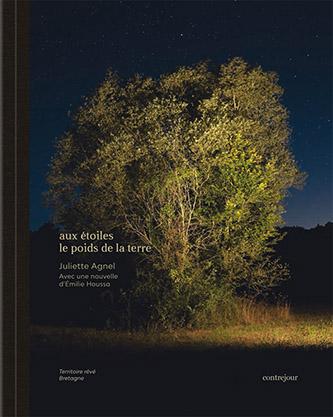 Couverture aux étoiles le poids de la terre, photographies de Juliette Agnel, texte d'Émilie Houssa aux éditions Contrejour.
