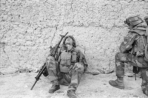 Éric Bouvet (né en 1961), Dans la vallée d'Ouzbîn. Soldat français épuisé dans un village afghan lors d'une opération. © Paris - Musée de l'Armée, Dist. RMN-Grand Palais / Éric Bouvet.
