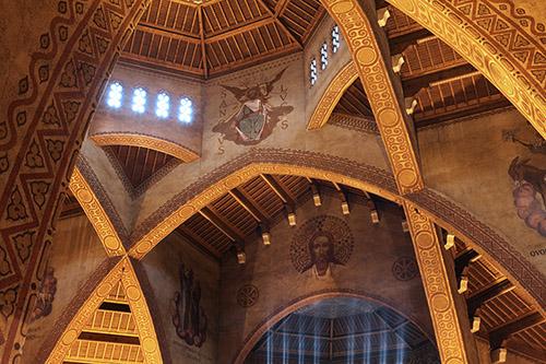 Vue intérieure - nef unique, en forme de croix grecque [détail avec focus sur fresques de Maurice Denis] - Saint-Louis de Vincennes. Photographie © Jean-Marc Facchini.
