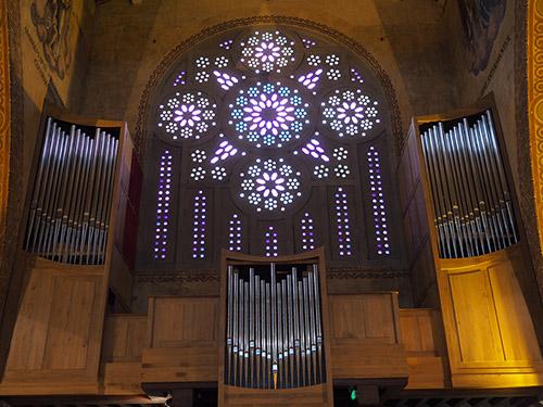 Vue intérieure - baies de pavés de verre coloré conçues par les architectes Jacques Droz & Joseph Marrast et réalisées par la société Saint-Gobain, et orgue - Saint-Louis de Vincennes. Photographie © Emmanuel du Bourg.