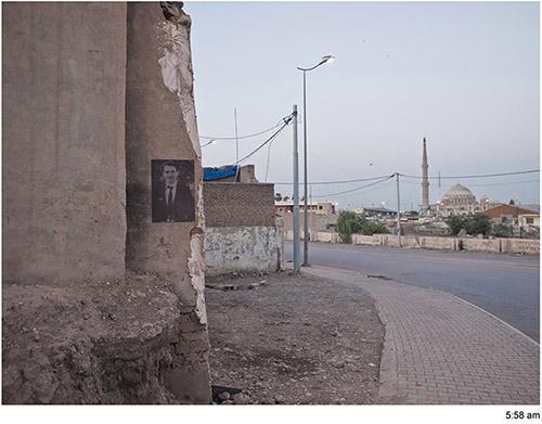 """Emeric Lhuisset, """"J'entends sonner les cloches de ma mort"""", Irak, 2011 - 2012. Installation en hommage à Sardasht Osman, photographies tirées sur papier salé non fixé et collées dans l'espace urbain, disparaissant progressivement à la lumière du soleil. © Emeric Lhuisset."""