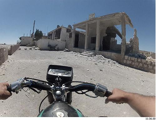 """Emeric Lhuisset, """"Chebab"""", Province d'Alep et d'Idlib (Syrie), août 2012. Plan séquence d'une journée de la vie d'un combattant de l'Armée Syrienne Libre, camera subjective, 24h en boucle diffusé en temps réel. © Emeric Lhuisset."""