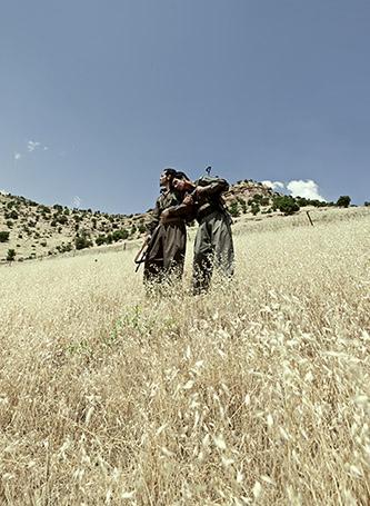 """Emeric Lhuisset, """"Théâtre de guerre"""", Irak, 2011-2012. Photographies avec un groupe de guérilla Kurde. © Emeric Lhuisset."""